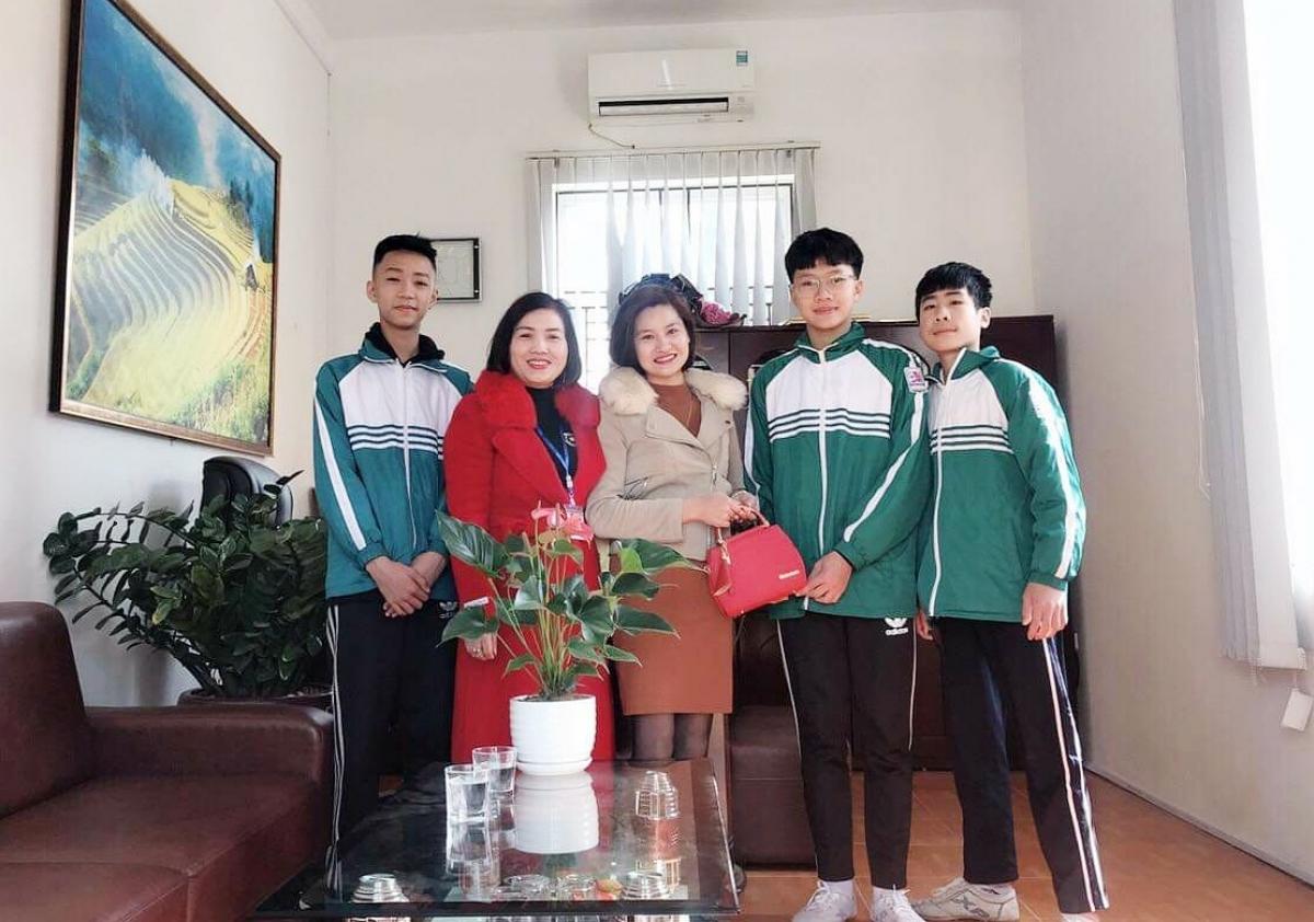 BGH Trường TH&THCS Hùng Thắng trao trả lại chiếc túi cho người đánh rơi và biểu dương khen thưởng 3 em học sinh.
