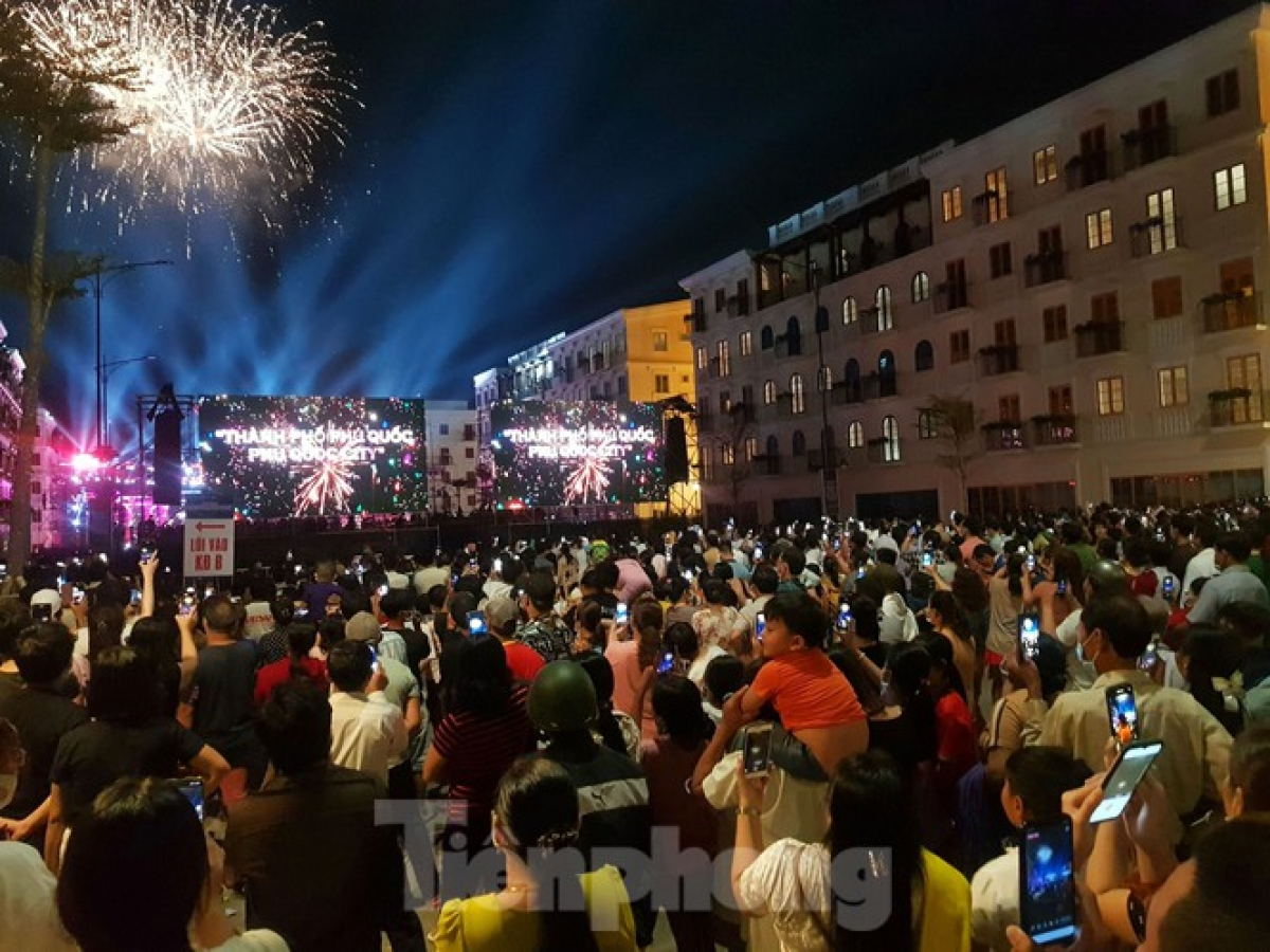 Crowds congregate in the An Thoi new urban area as they join in celebrations to commemorate the historical landmark for Phu Quoc island city in the southern province of Kien Giang.