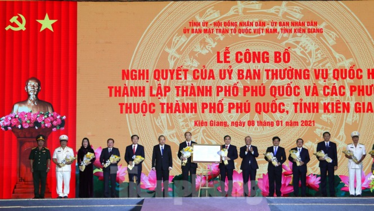 The epic firework display took place following a ceremony held to announce the official establishment of Phu Quoc island city, in the presence of Deputy Prime Minister Truong Hoa Binh and National Assembly Vice Chairman Uong Chu Luu.