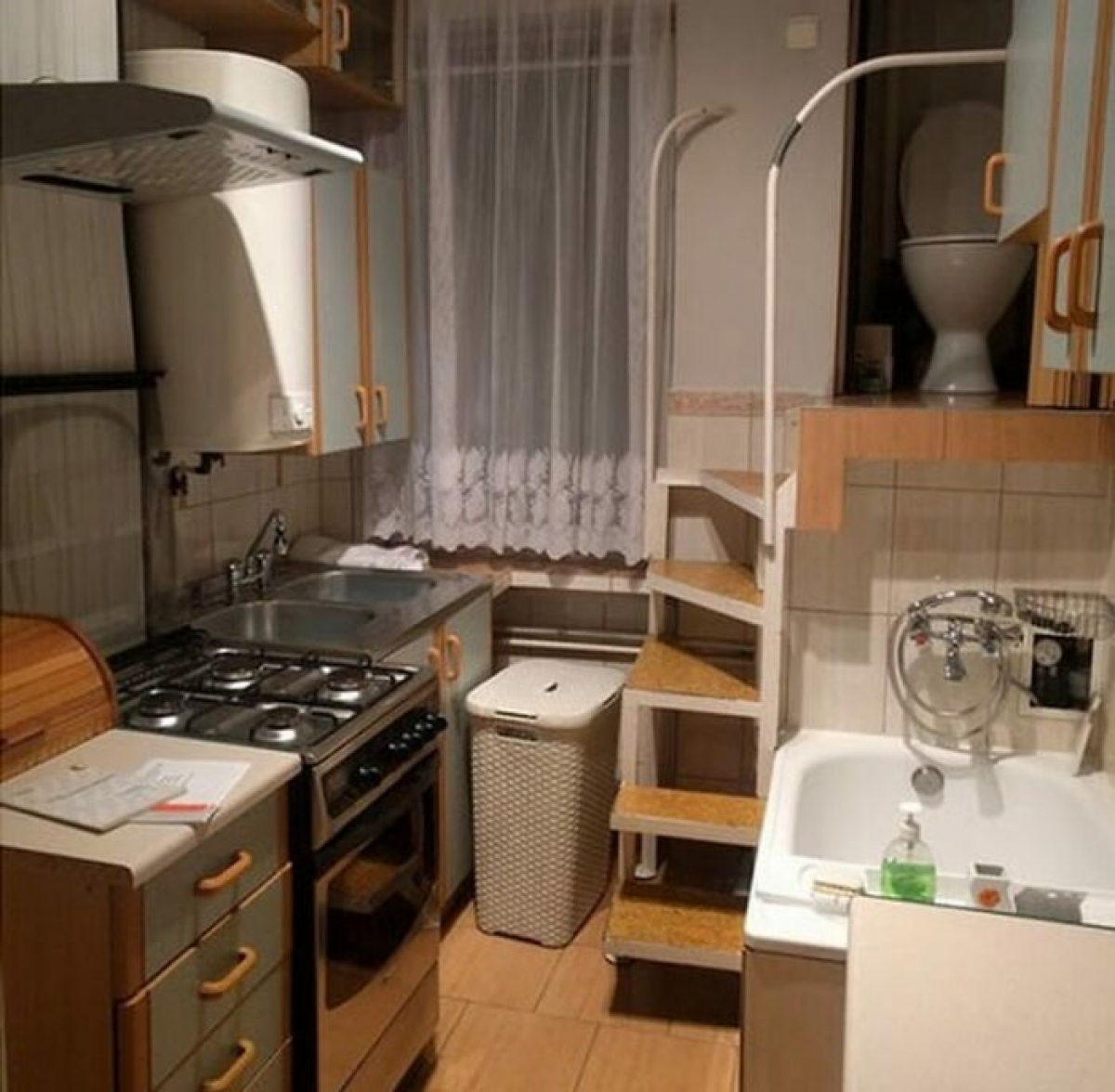 Vẫn biết là nhà chật chội nhưng cái cảnh người vừa nấu ăn người vừa tắm rửa thì...
