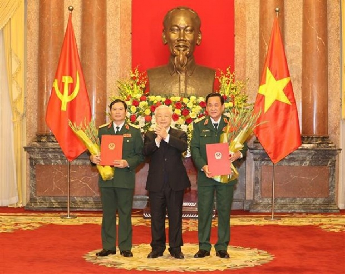 Party General Secretary and State President Nguyen Phu Trong (middle) hands over the promotion decisions to the two deputy ministers