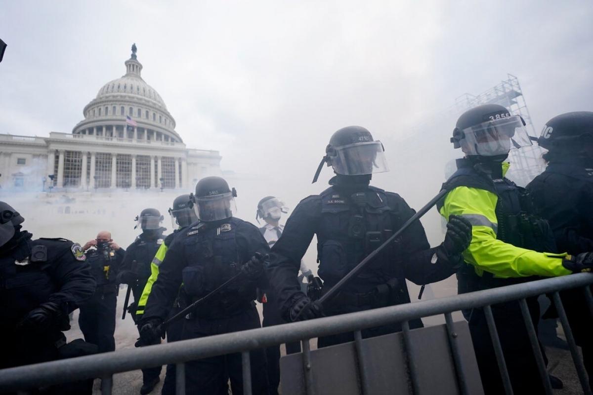 Lực lượng cảnh sát bên ngoài trụ sở Quốc hội Mỹ. Ảnh: AP.