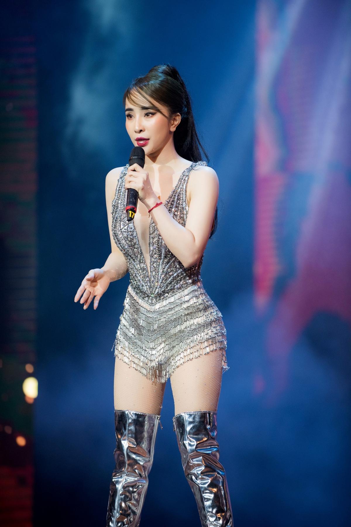 Đây cũng là hai ca khúc được đông đảo khán giả yêu thích của Quỳnh Nga. Nhiều người nhận xét, vũ đạo của Quỳnh Nga ngày càng điêu luyện, quyến rũ hơn mặc dù cô đi diễn rất ít. Đây cũng là lần hiếm hoi cô trở lại với sân khấu trong vai trò ca sĩ.