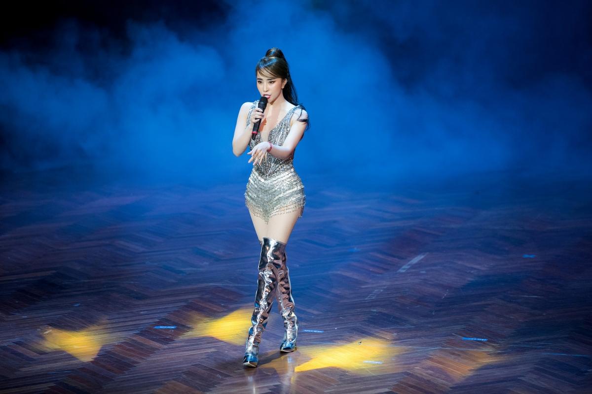 """Trên sân khấu, Quỳnh Nga thể hiện vũ đạo điêu luyện, nóng bỏng qua hai ca khúc """"Ánh sáng tình yêu"""" và """"True love""""."""