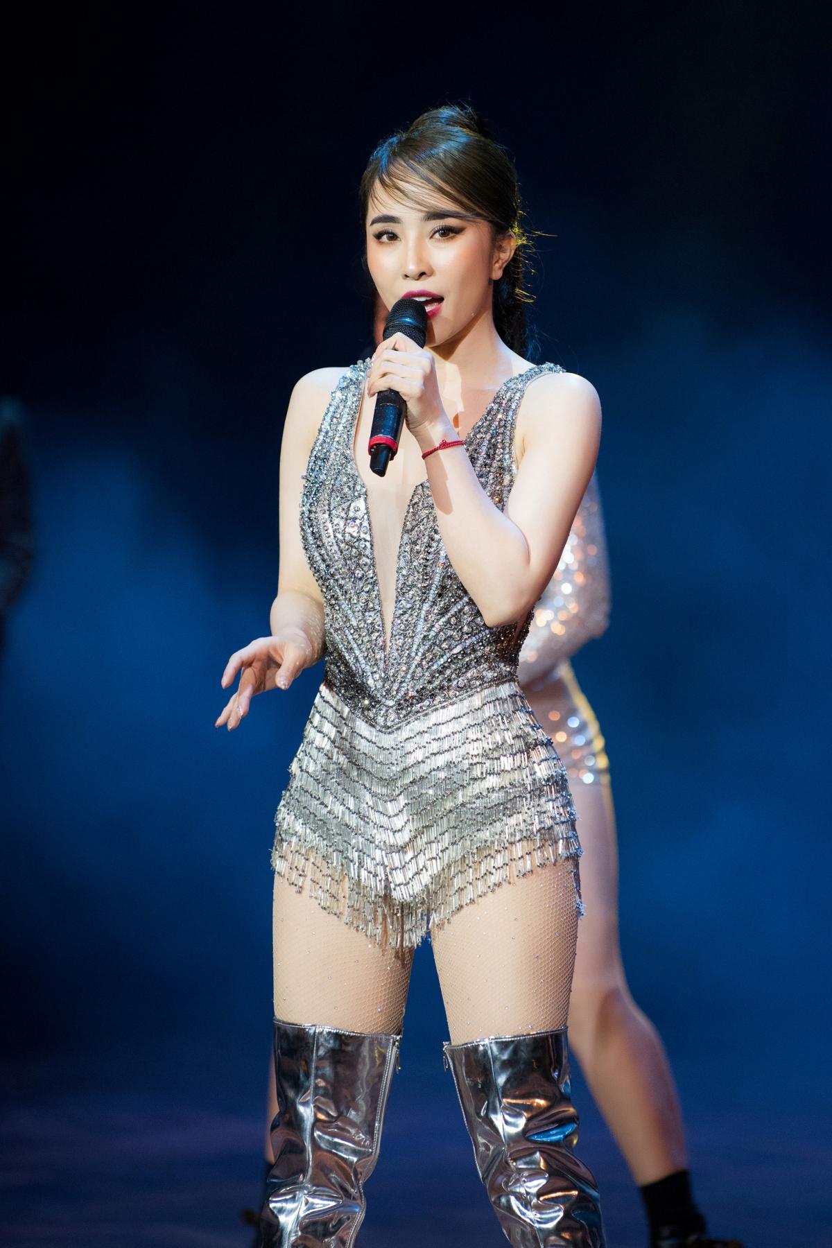 Cô đảm nhận phần diễn mở màn cho chương trình diễn ra tối 20/1 tại Hà Nội.
