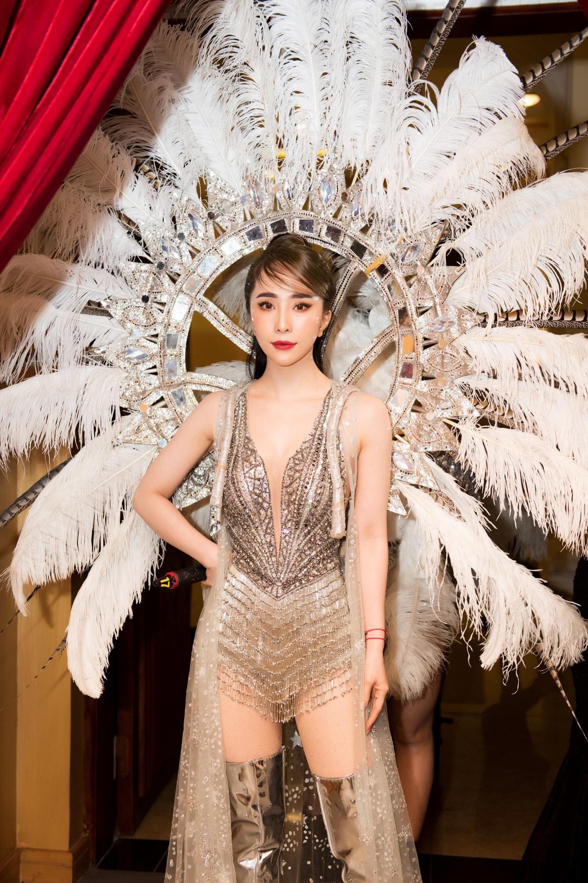 Sự xuất hiện công phu của Quỳnh Nga đã nhận được những tràng pháo tay không ngớt cùng những tiếng trầm trồ không ngừng từ khán giả.