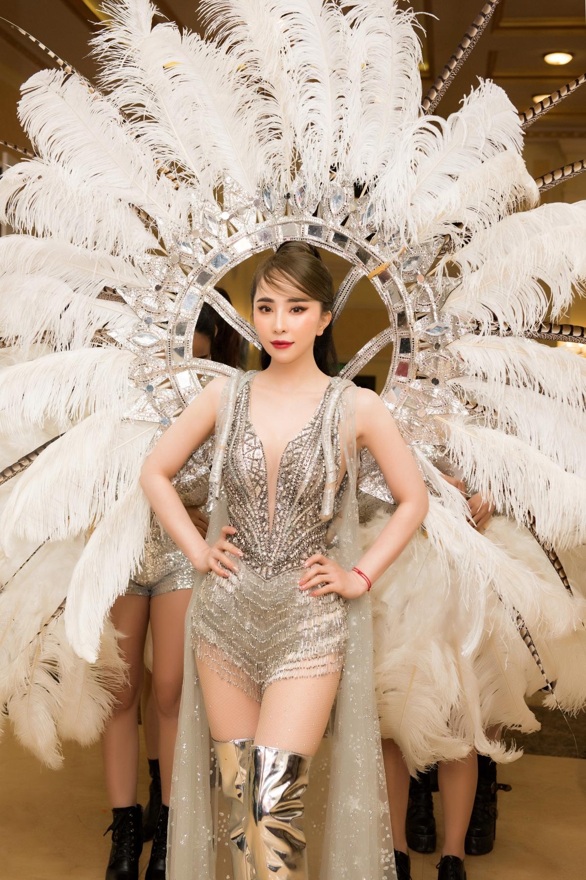 Quỳnh Nga xuất hiện với hình ảnh nóng bỏng trong thiết kế gợi cảm của NTK Brian Võ cùng đôi cánh carnaval lông vũ lộng lẫy.