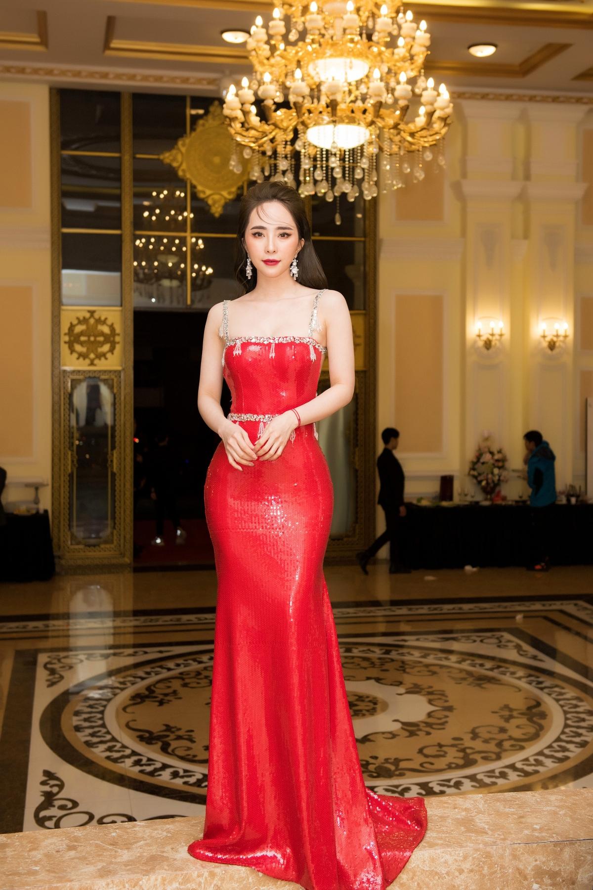 Tại sự kiện, Quỳnh Nga cũng diện một thiết kế dạ hội cúp ngực đỏ rực rỡ, khoe eo lưng mềm mại, thon thả của NTK Dương Bùi.