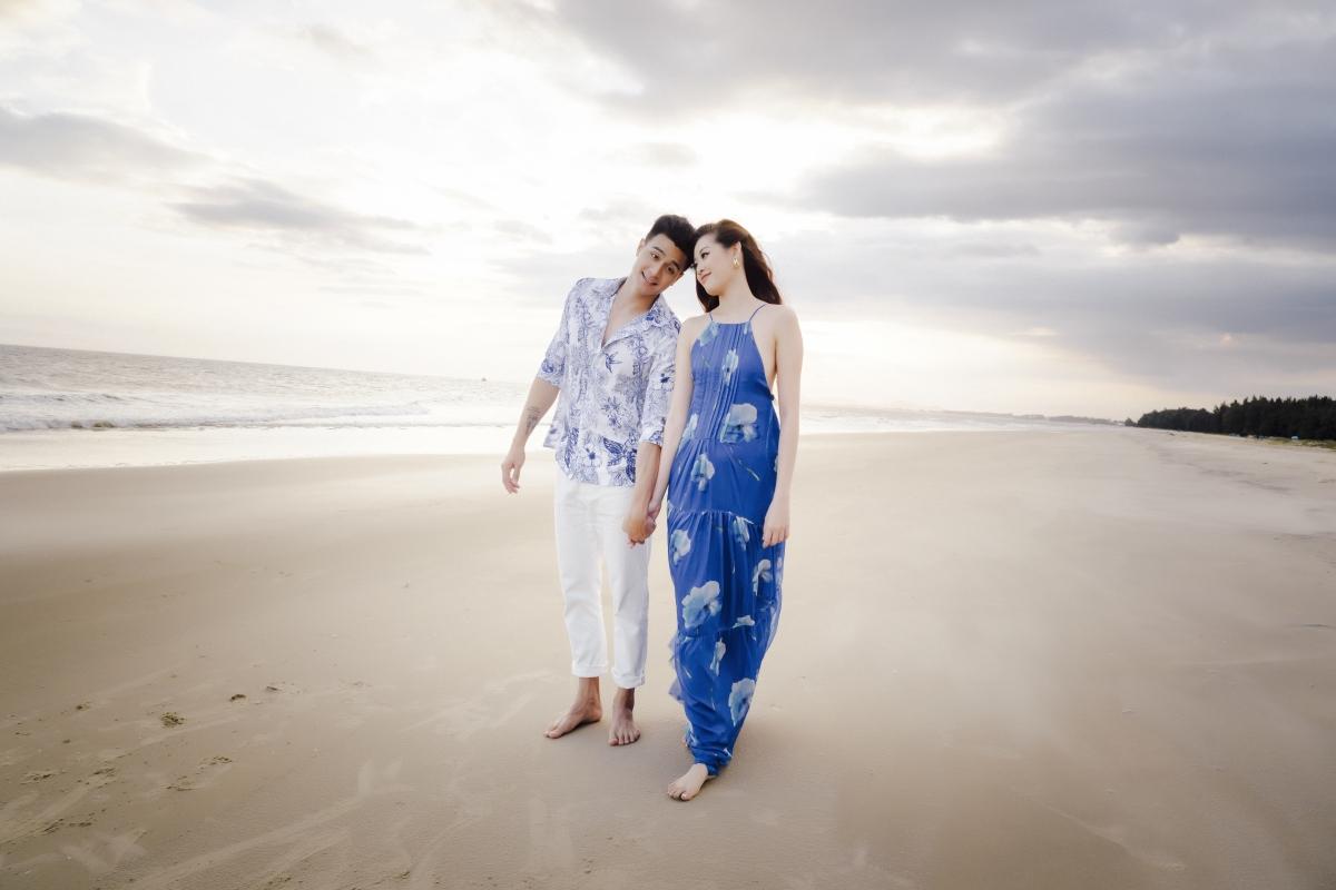 Cả hai cùng nhau nắm tay dạo biển, ngắm cảnh.