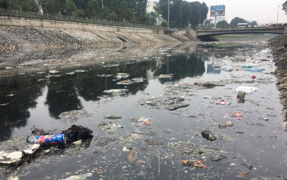 Rác nổi đẩy sông Tô Lịch, gây ô nhiễm nghiêm trọng