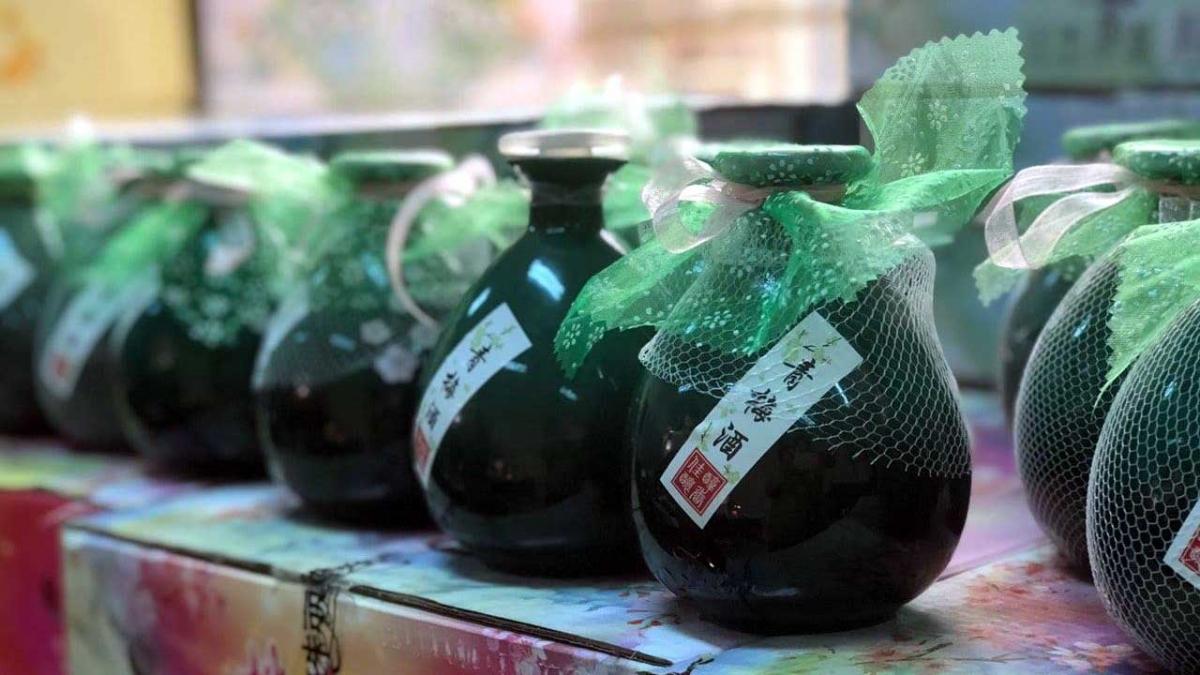 Vụ bắt giữ 1.080 lọ rượu trái cây nhập lậu.