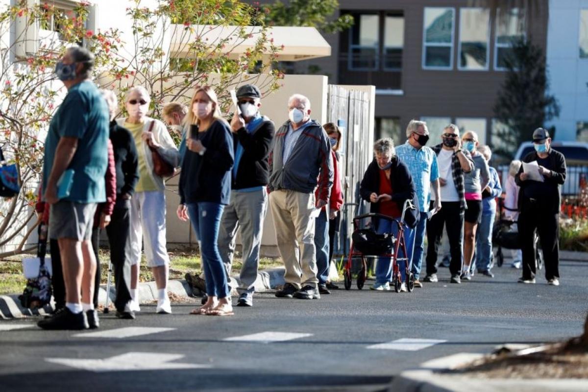 Những người từ 65 tuổi trở lên xếp hàng chờ tiêm vaccine Covid-19 ở Sarasota, Florida ngày 4/1/2021. Ảnh: Reuters