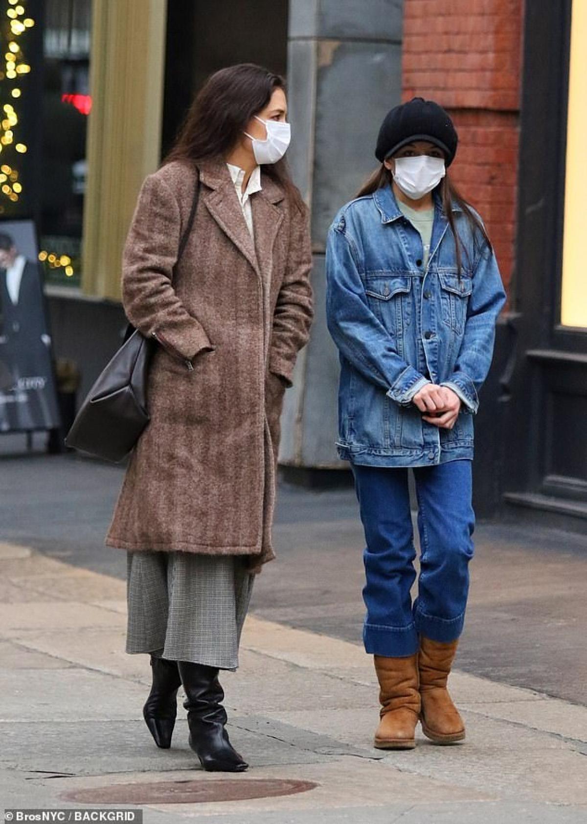 Bé Suri Cruise hào hứng đi mua sắm cùng mẹ Katie Holmes ở New York trong những ngày đầu năm mới.