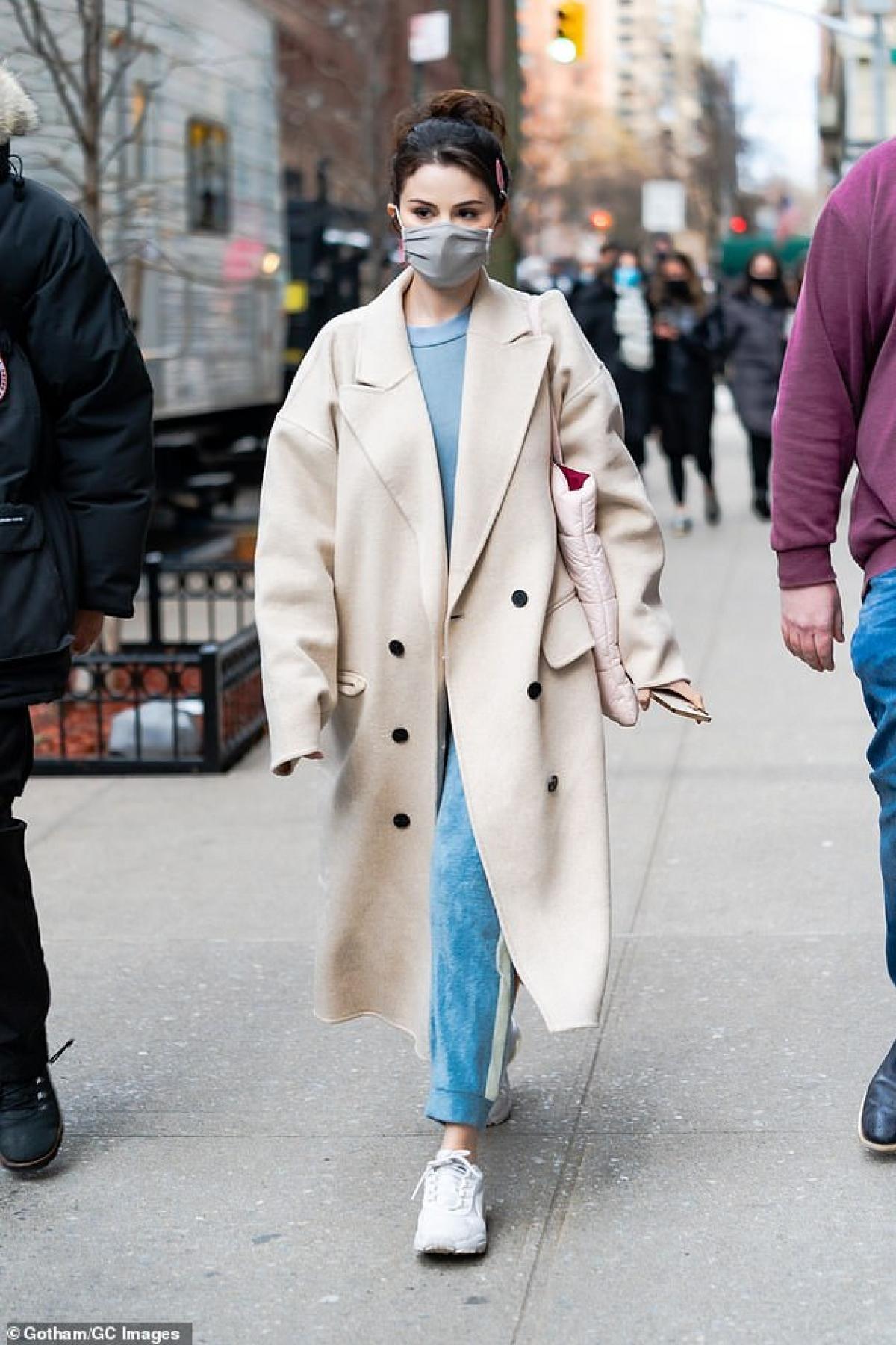 """Selena Gomez tái xuất xinh đẹp trên phim trường """"Hulu's Only Murders in the Building"""" ở New York vừa qua."""