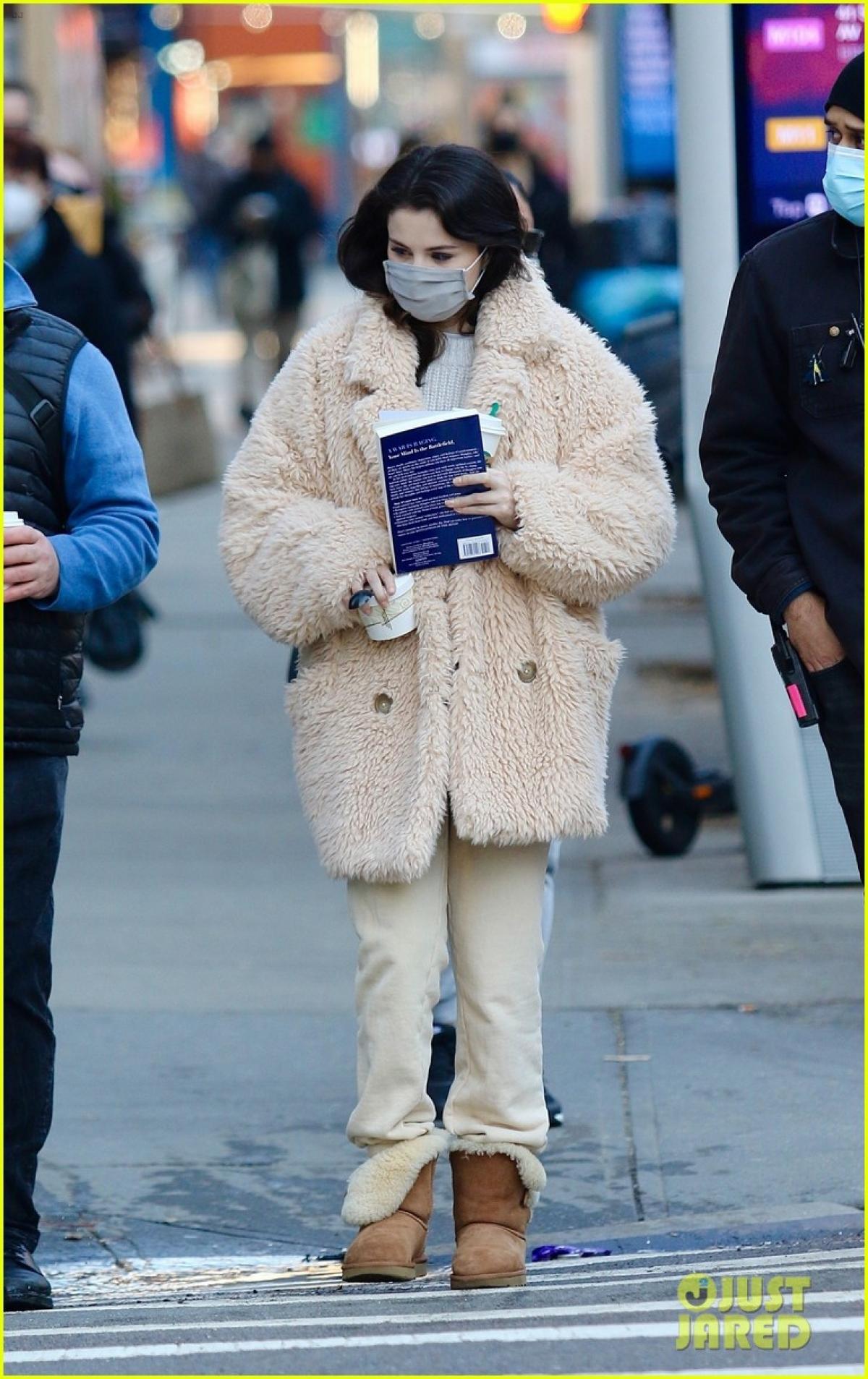 """Selena Gomez xuất hiện ấn tượng trên phim trường """"Hulu's Only Murders in the Building"""" ở New York."""
