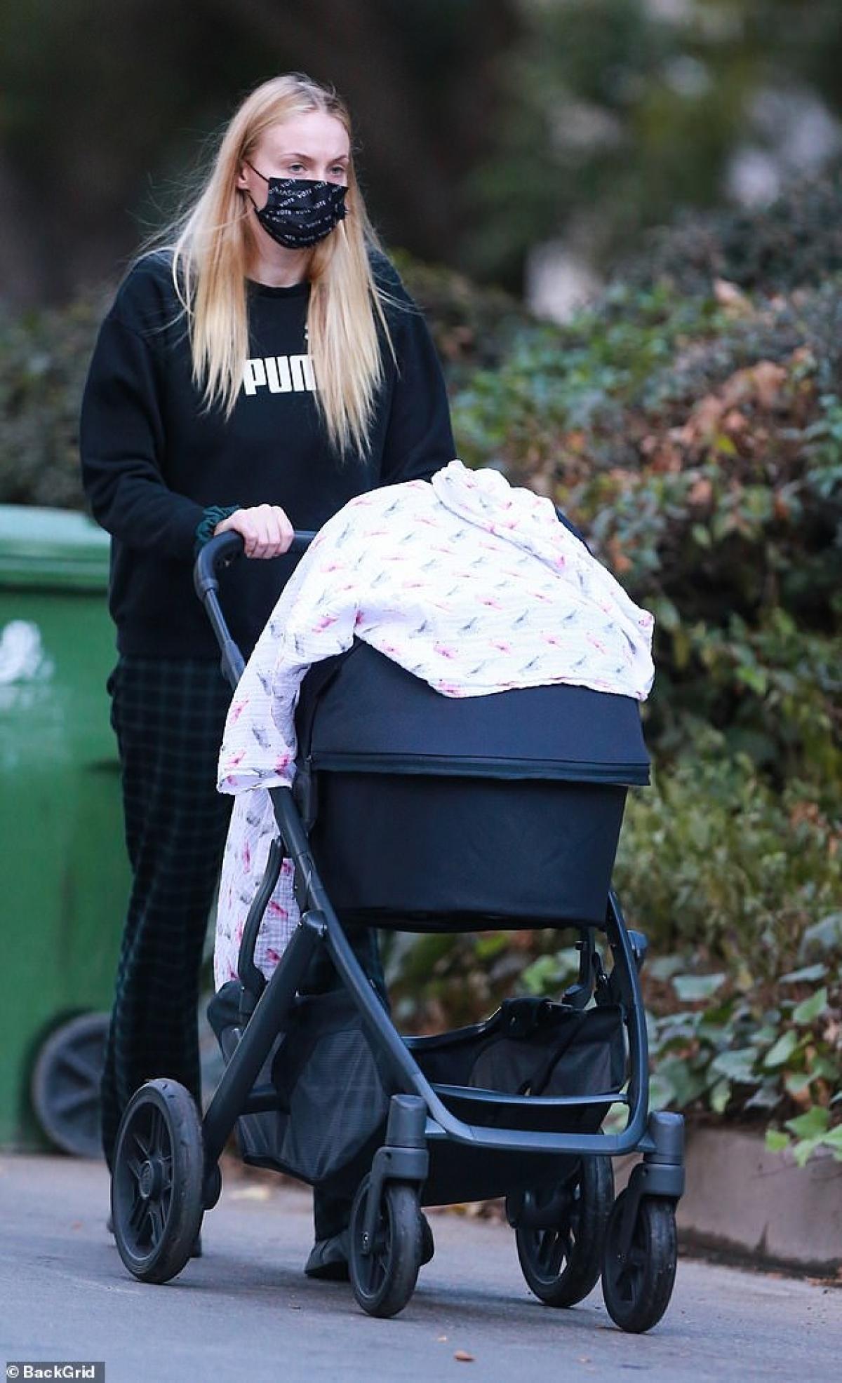 Sophie Turner giản dị đưa con gái cưng Willa ra phố ở Los Angeles ngày 20/1.
