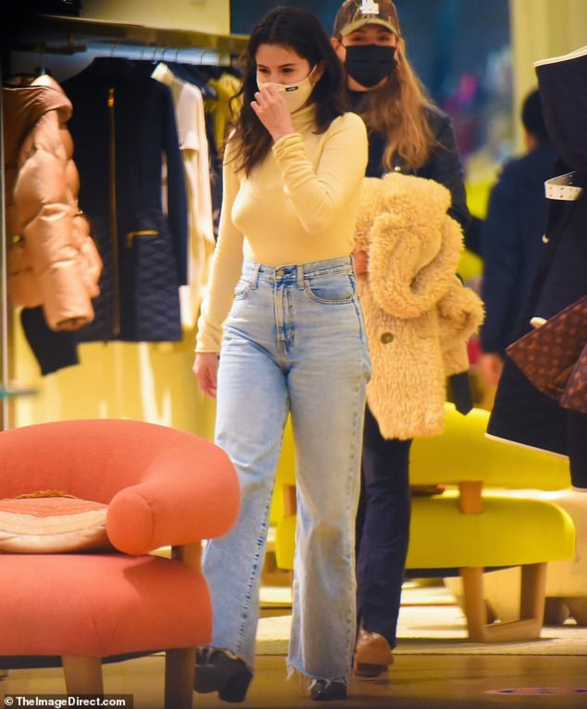 """Selena Gomez tranh thủ đi mua sắm ở New York ngày 26/1 khi được nghỉ quay bộ phim """"Only Murders in the Building""""."""