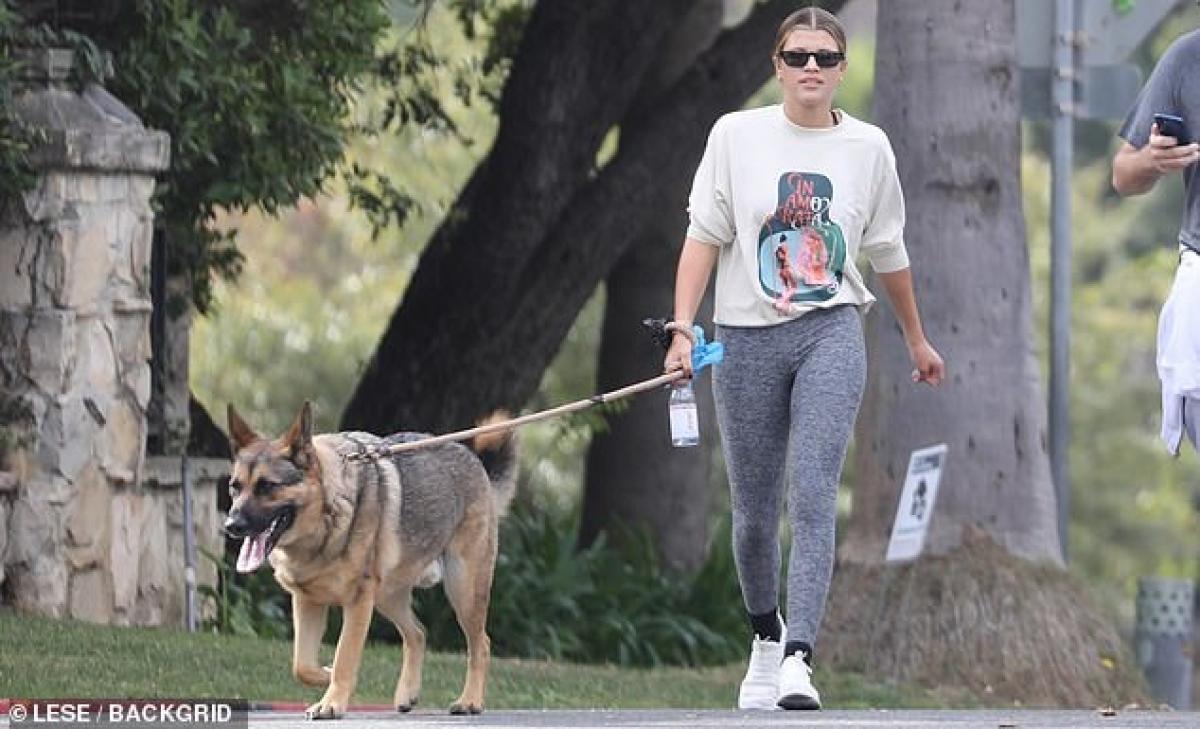Người đẹp diện áo phông, quần legging và đi giày thể thao khỏe khoắn ra phố.