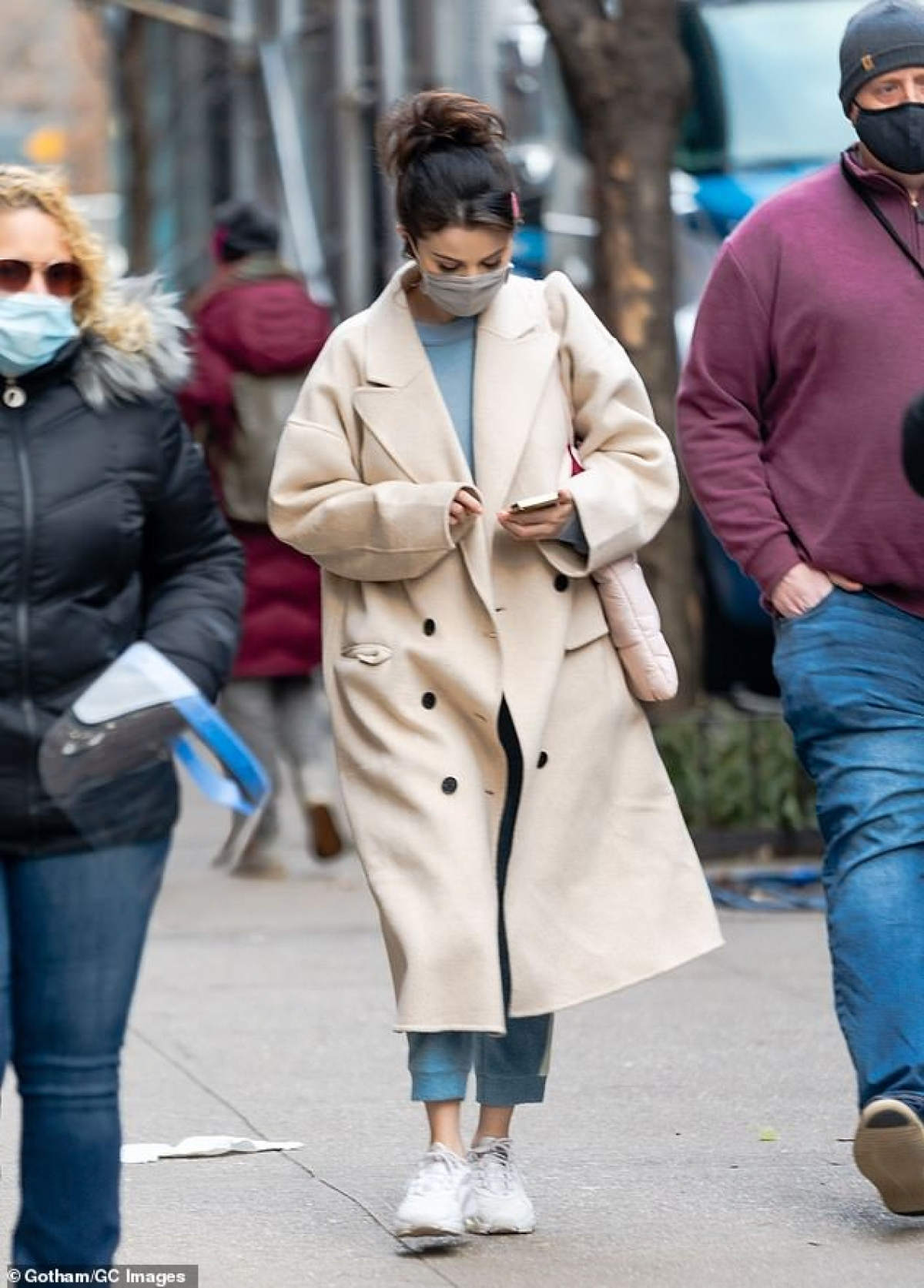 Người đẹp diện áo khoác dạ dáng dài và quần jeans năng động, khỏe khoắn.