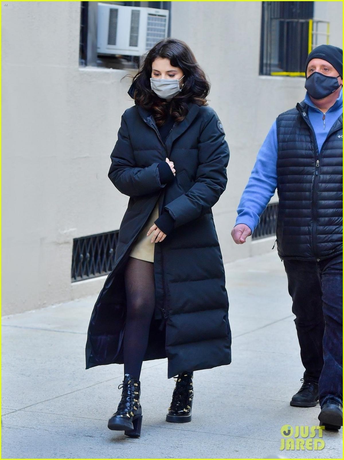 Sau đó, người đẹp nhanh chóng thay trang phục khác để giữ ấm cơ thể trong tiết trời giá lạnh.