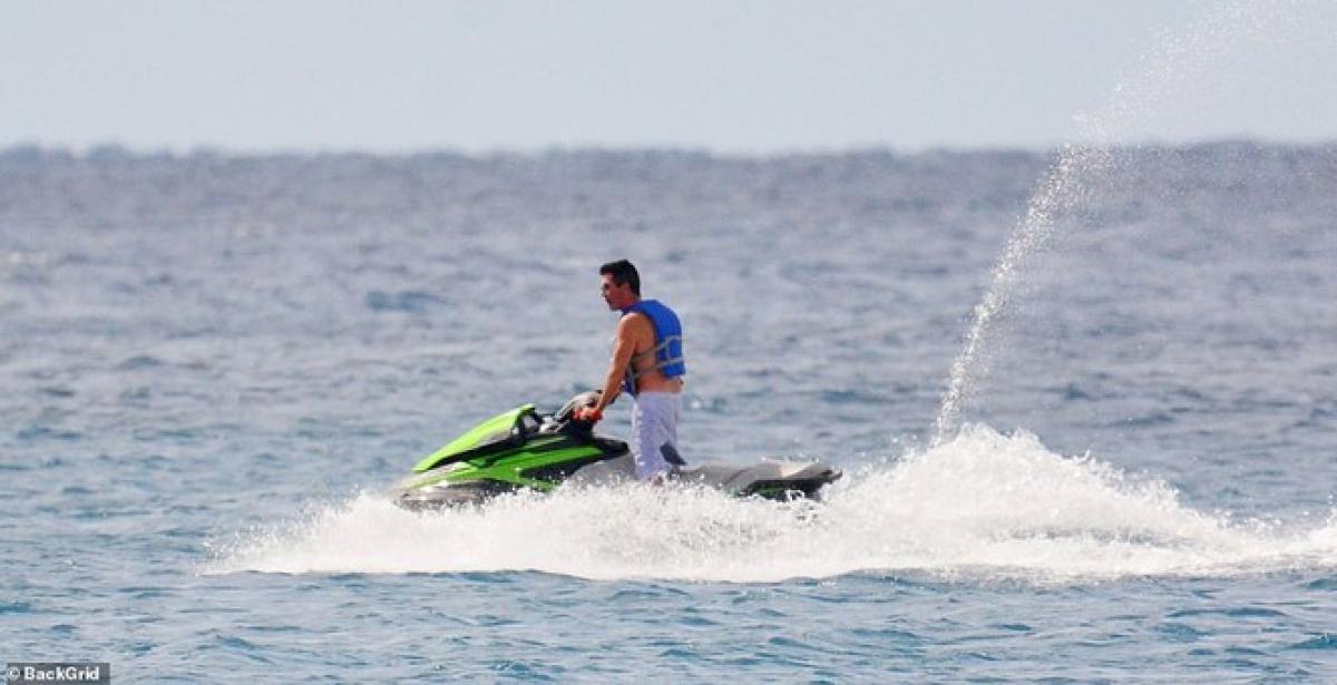 Trong khi Simon Cowell mải mê lái mô tô nước trên biển chỉ sau 4 tháng bị gãy lưng do tai nạn và phải phẫu thuật 6 tiếng...
