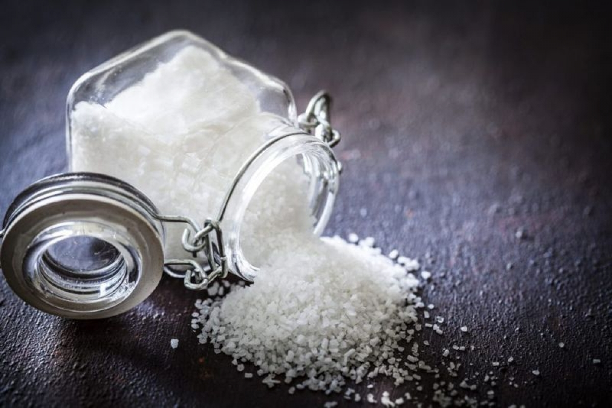 Cách pha nước muối: Bạn có thể tự pha nước muối bằng cách hòa khoảng ¼ hoặc ½ thìa muối với 200ml nước rồi khuấy đều cho đến khi muối tan hết.