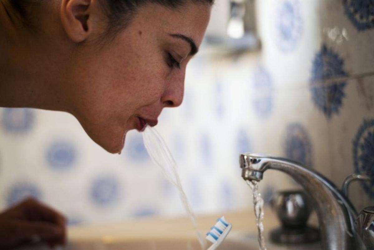 Lưu ý không được nuốt nước muối: Điều tối kị sau khi súc miệng nước muối là nuốt nước muối vào. Bạn cần nhổ nước muối ra để loại bỏ các vi khuẩn và virus gây hại, đồng thời tránh gây mất nước cho cơ thể.