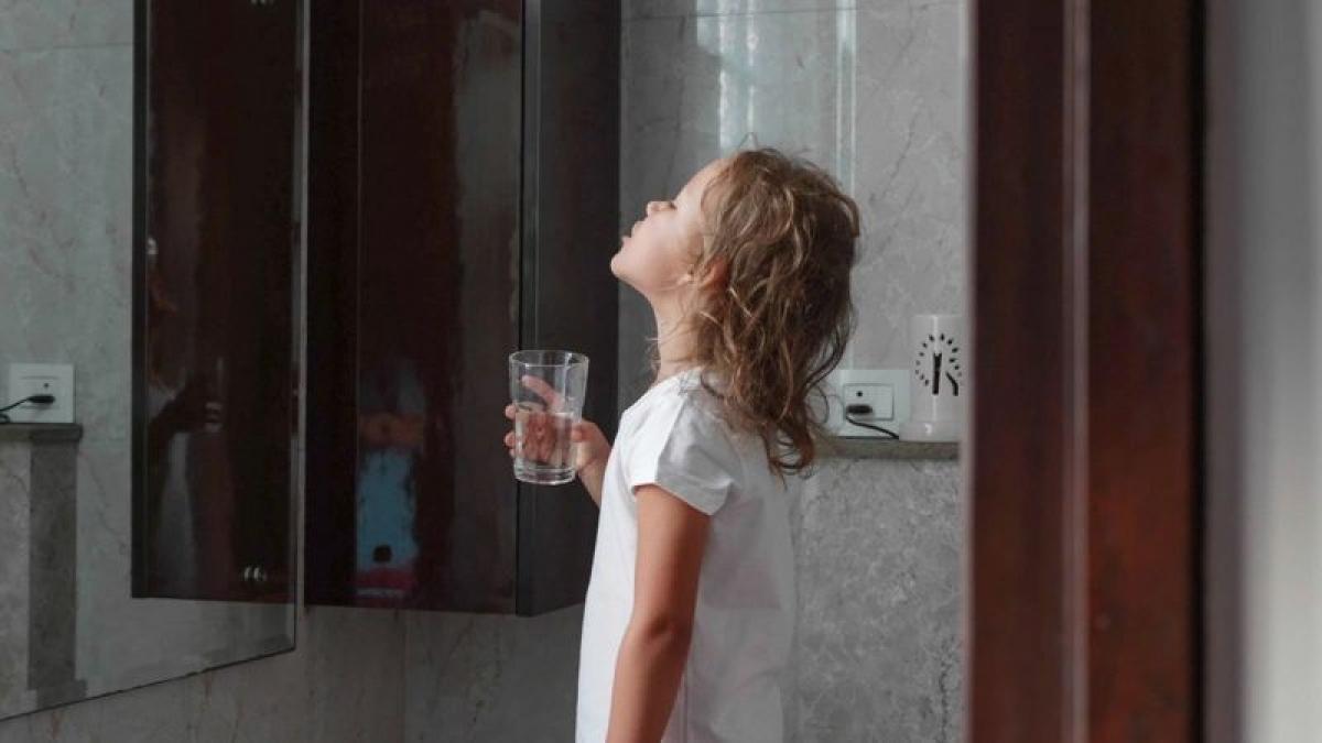 Trẻ em súc miệng nước muối: Chuyên gia khuyến cáo chỉ nên cho trẻ trên sáu tuổi súc miệng nước muối, vì các bé đã nhận thức được việc không được nuốt nước muối vào.