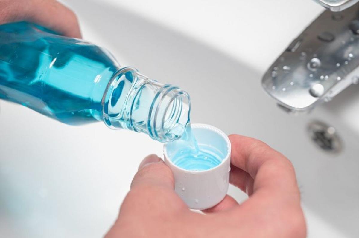 Súc miệng nước muối để giữ giọng: Những người làm công việc phụ thuộc vào giọng nói như giáo viên, ca sĩ, phát thanh viên nên sử dụng nước muối thay vì các loại nước súc miệng chứa cồn, vì cồn có thể làm khô thanh quản.
