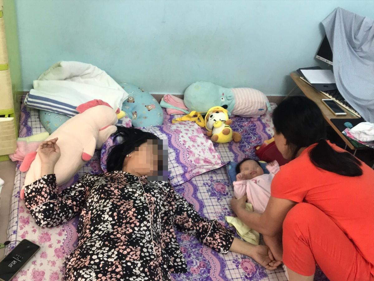 Bị liệt nửa người chị Thảo không thể tự tay chăm sóc con của mình