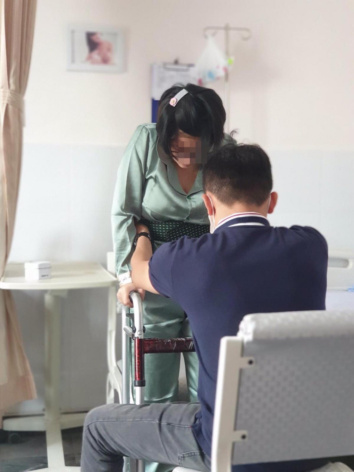 Những ngày tập vật lý trị liệu của sản phụ vất vả (ảnh bệnh nhân cung cấp)