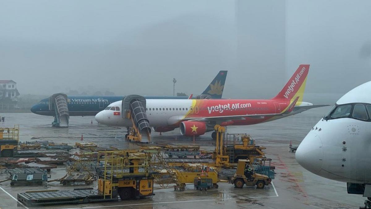 Một lái xe đã tự ý lái xe đầu kéo ra khu vực đỗ máy bay tại sân bay quốc tế Nội Bài rồi gây va chạm với một ô tô đang lưu thông tại đây.Cục Hàng không Việt Nam yêu cầu chấn chỉnh việc lưu hành trong sân bay Nội Bài. Ảnh minh họa.