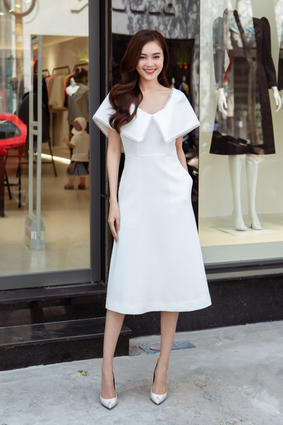 Diễn viên Ninh Dương Lan Ngọc trẻ trung khi diện chiếc đầm màu trắng với phần cổ xoè to bản.
