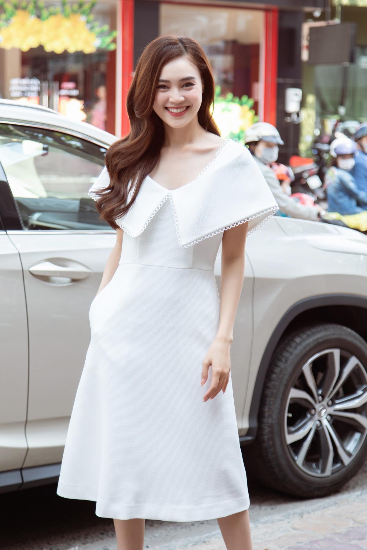 Mái tóc uốn xoăn bồng bềnh cùng kiểu trang điểm nhẹ nhàng càng tôn lên nét trẻ trung, đằm thắm của nữ diễn viên.