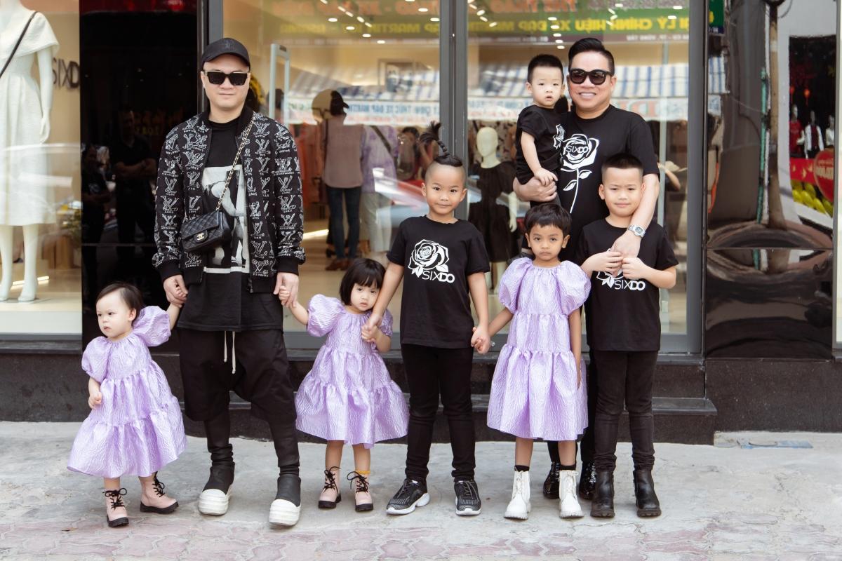 NTK Đỗ Mạnh Cường có mặt tại sự kiện để giao lưu, tư vấn trang phục cho mọi người. Đồng hành với NTK là doanh nhân Huy Cận và các con.