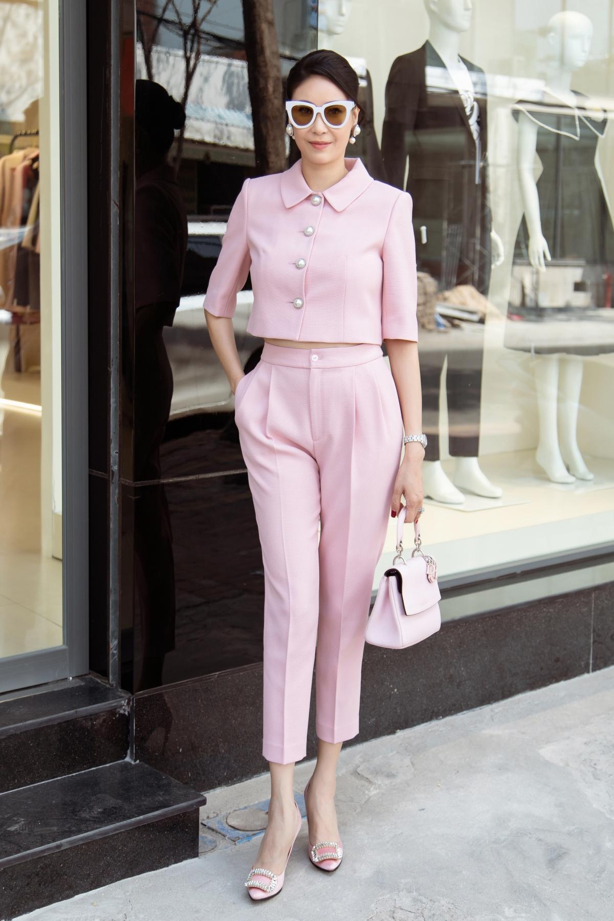 Trong khi đó, cũng chọn sắc hồng, Hoa hậu Hà Kiều Anh lại mang đến vẻ ngoài nền nã, duyên dáng trong thiết kế kết hợp giữa quần xếp li và chiếc áo tay lửng mang hơi hướng cổ điển.