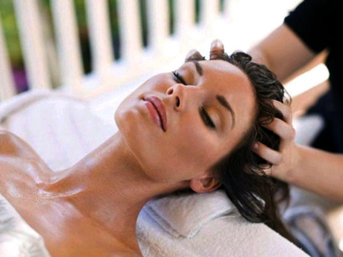 Mát-xa da đầu với tinh dầu: Mát-xa da đầu hai lần mỗi tuần với dầu dừa, dầu ô-liu hoặc dầu hạnh nhân là một cách tuyệt vời để cấp ẩm cho da đầu.