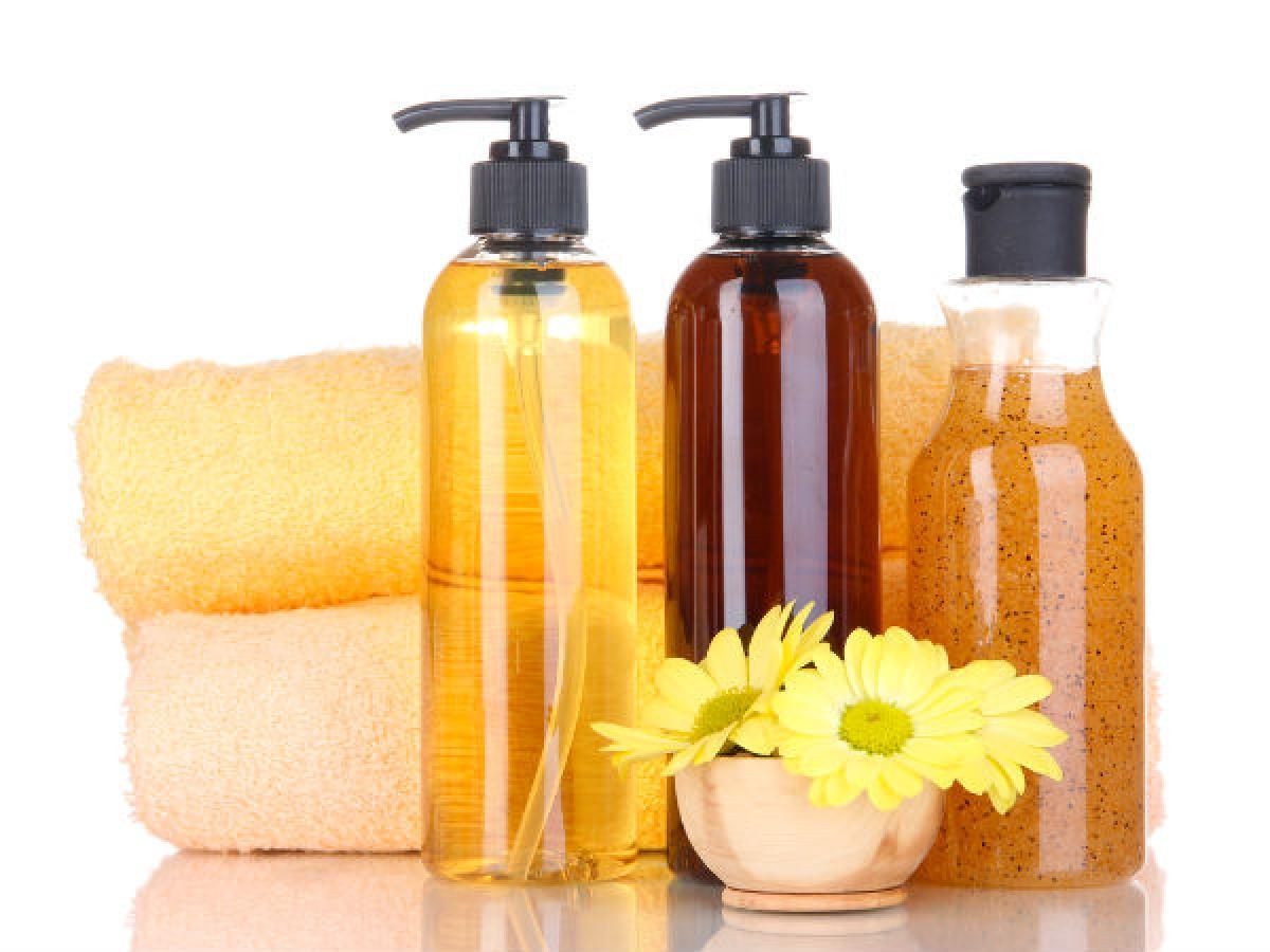 Sử dụng các sản phẩm chăm sóc tóc không cồn: Cồn có thể tác động hút ẩm, khiến cho da đầu trở nên khô và dễ bong tróc, đặc biệt là vào mùa đông. Vì vậy, bạn nên đổi sang các sản phẩm chăm sóc tóc không cồn để bảo vệ da đầu.