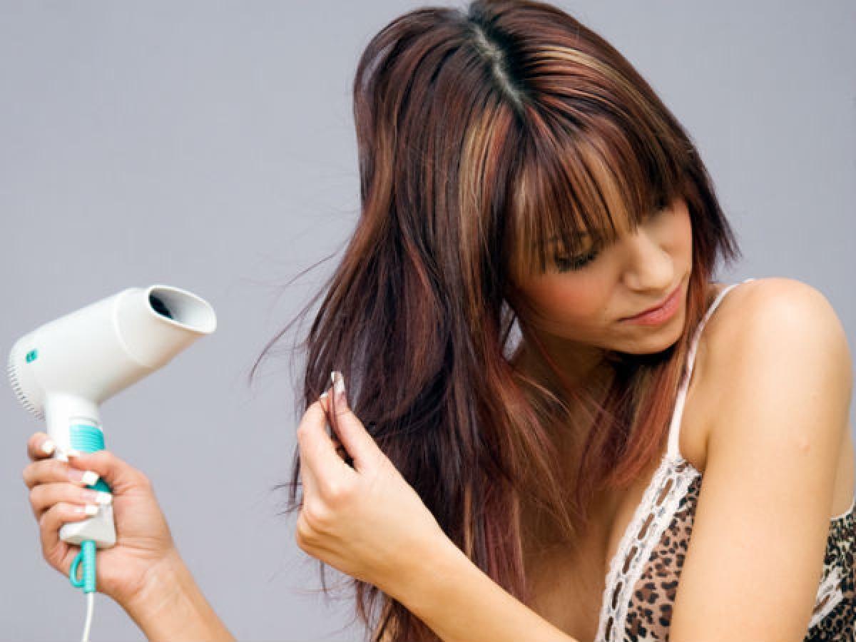 Tạm dừng sử dụng các thiết bị tạo kiểu bằng nhiệt: Các thiết bị tạo kiểu tóc bằng nhiệt như máy sấy, máy ép tóc hay máy uốn tóc có thể khiến tóc và da đầu càng thêm khô. Do đó, hãy tạm dừng tạo kiểu tóc bằng nhiệt vào mùa đông.