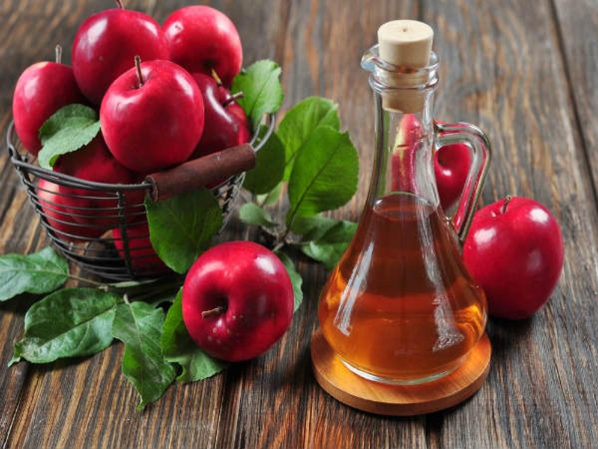 Xả tóc với giấm táo: Xả tóc bằng giấm táo giúp cân bằng lại pH da dầu, giảm tình trạng khô ngứa. Bạn chỉ cần pha loãng giấm táo bằng nước theo tỉ lệ 1:4 rồi dùng hỗn hợp để xả tóc sau khi gội đầu.
