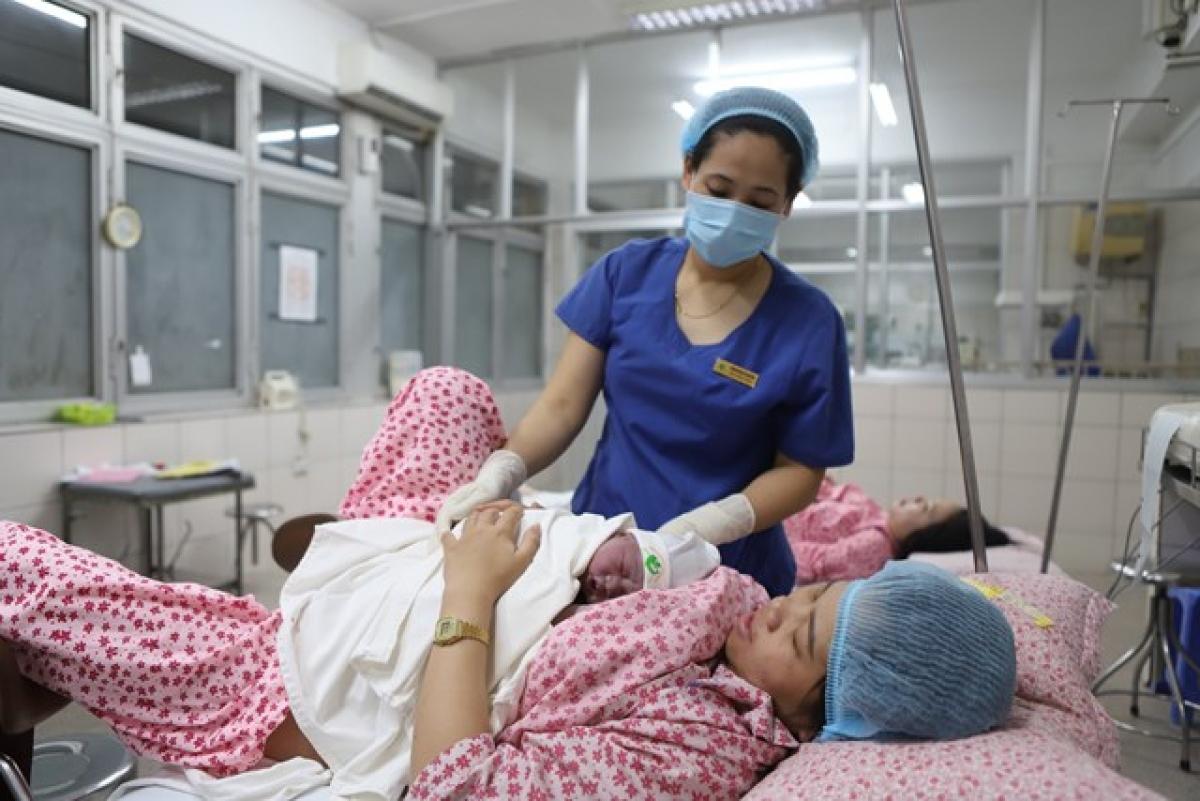 Em bé được da kề da với mẹ sau khi sinh trong đêm Giao thừa Canh Tý. (Ảnh: BVCC)