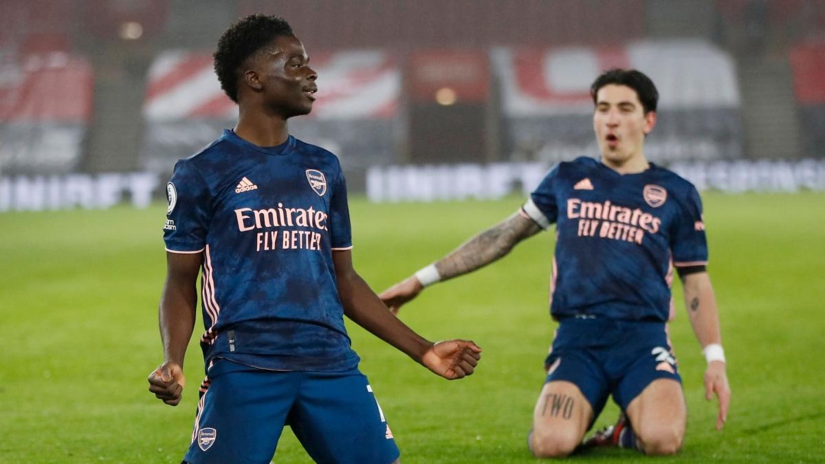 Sao trẻ Saka ăn mừng bàn thắng cùng đồng đội Bellerin. (Ảnh: Getty).