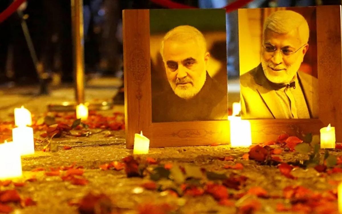 Thắp nến tưởng niệm tướng Iran Soleimani. Ảnh: Reuters.
