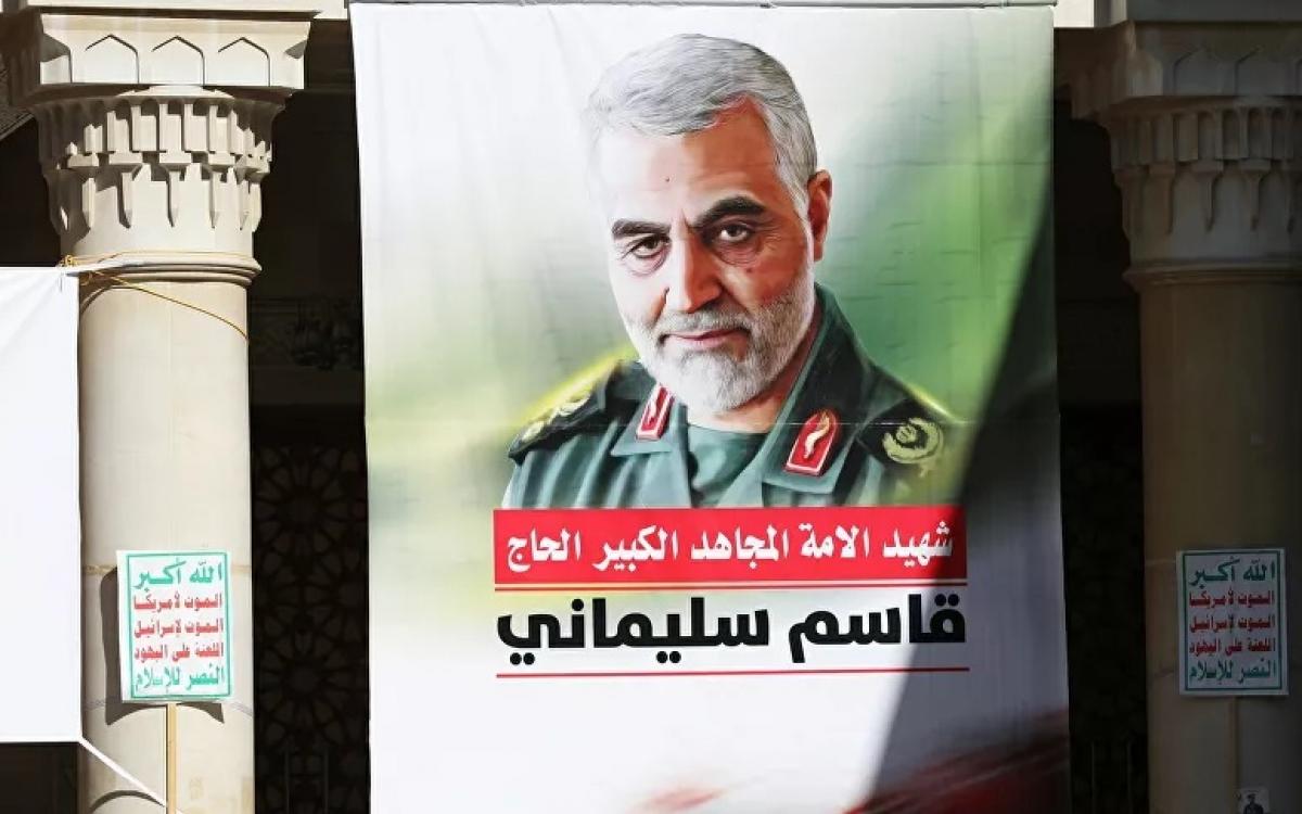 Hình ảnh tướng Iran Soleimani được treo ở Yemen để tưởng niệm 1 năm vụ ám sát ông. Ảnh: Reuters.