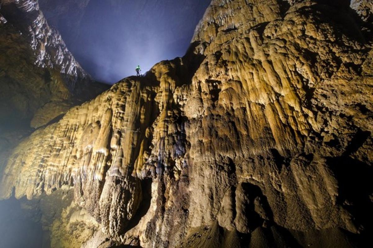 Trèo lên Bức tường Việt Nam trong hang Sơn Đoòng. (Nguồn: Oxalis Adventures)