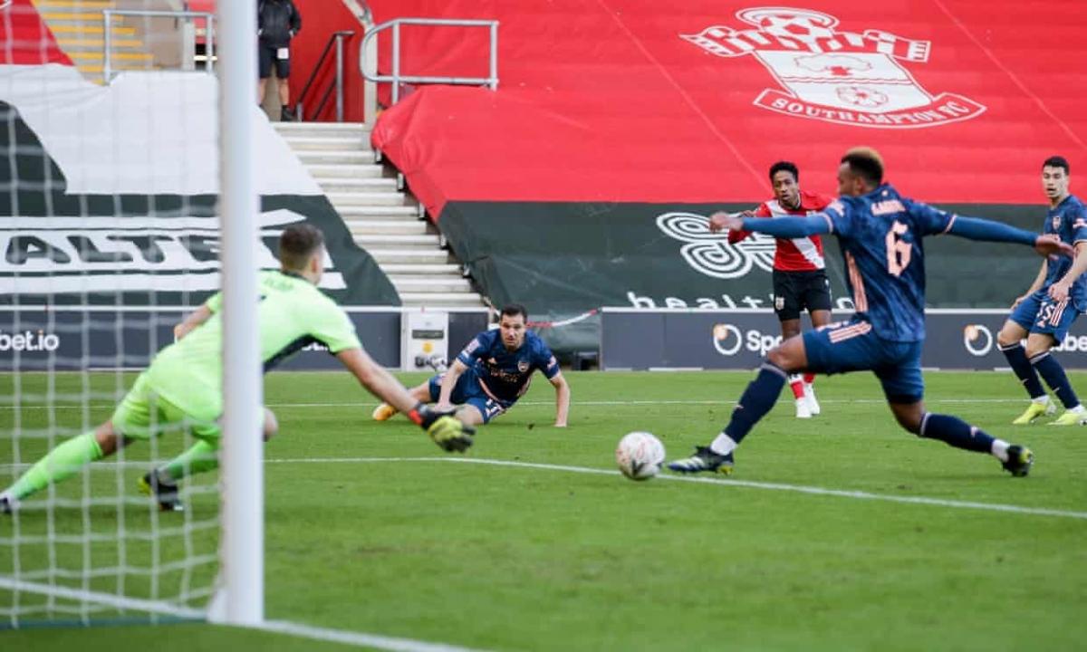 Gabriel đá phản lưới nhà khiến Arsenal bị loại khỏi FA Cup. (Ảnh: Getty)