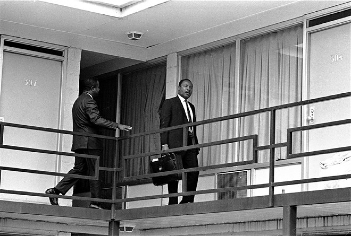Mục sư King trên ban công của khách sạn Lorraine ở thành phố Memphis vào ngày 3/4/1968, một ngày trước khi ông bị ám sát. Ảnh: AP