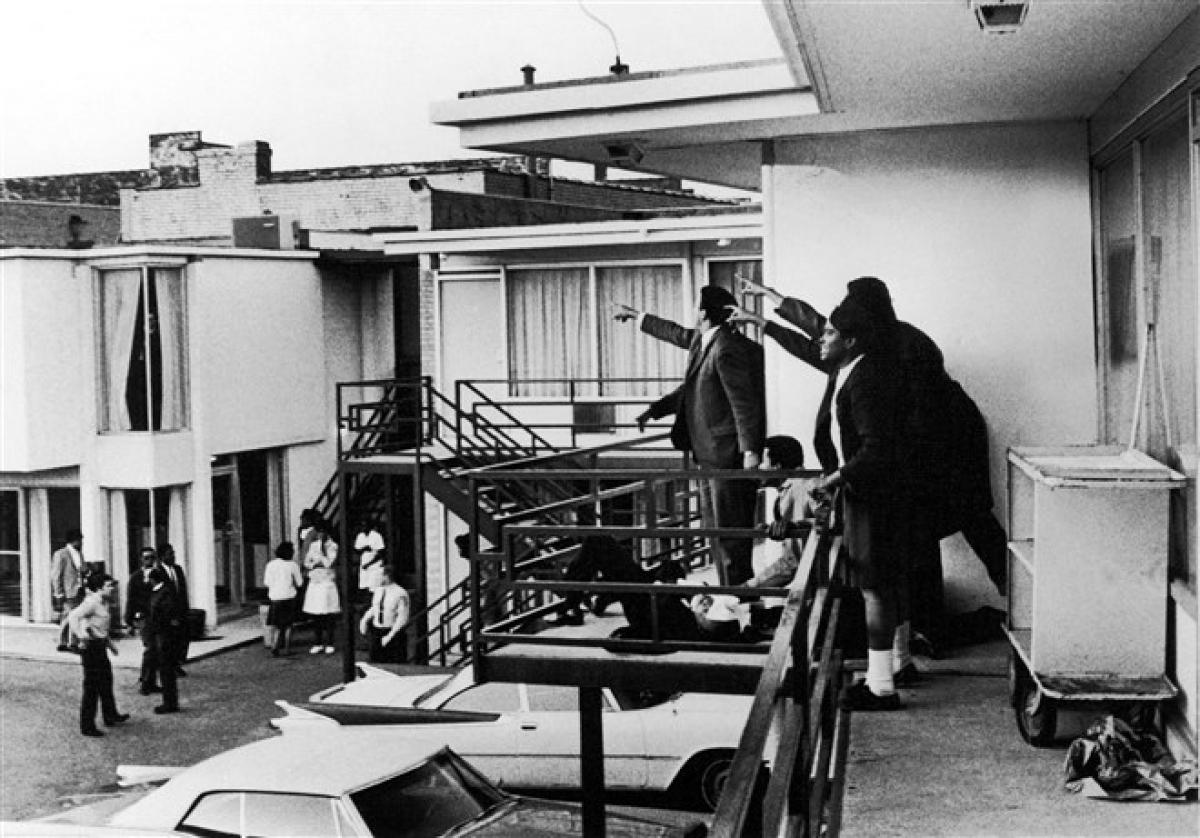 Mục sư King bị ám sát khi đang đứng trước ban công tại khách sạnLorrainevào ngày 4/4/1968. Khi nghe thấy tiếng súng, những người bạn đã vội chạy ra ban công, nhìn thấy ông nằm bất động trong vũng máu. Mục sư King qua đời ở tuổi 39. Ảnh:Getty Images