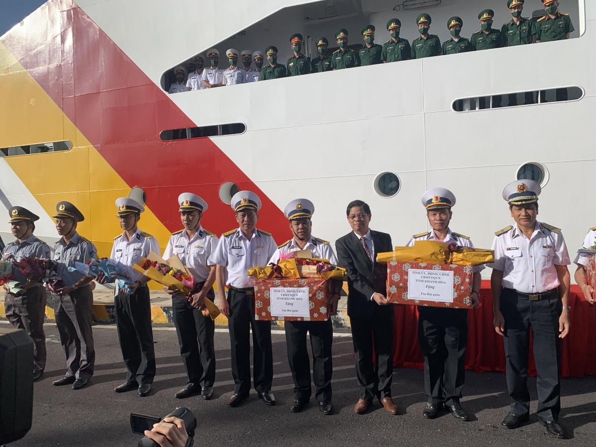 Chủ tịch UBND tỉnh Khánh Hòa Nguyễn Tấn Tuân tặng quà, động viên các tàu thực hiện nhiệm vụ chở đoàn công tác và quà Tết ra Trường Sa.