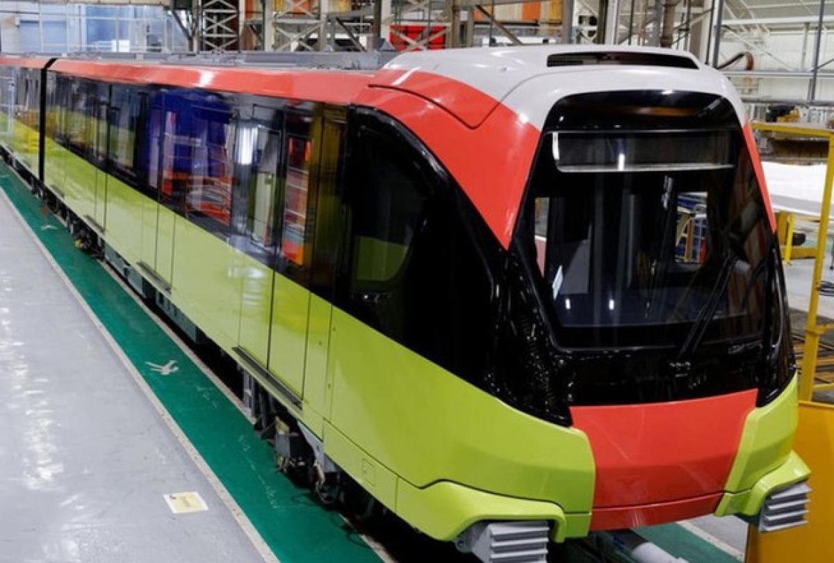 Đoàn tàu đầu tiên của Metro Nhổn - ga Hà Nội được lắp đặt trên ray tại ga S1.